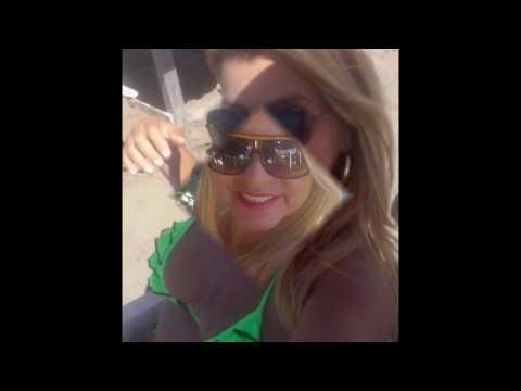 Coroa gostosa na praia de biquíni fio dental enfiado 6