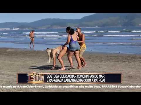 Gata abaixa para pegar conchinhas na praia e deixa homens malucos