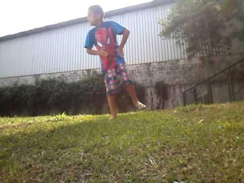 Loirinho dançando o passinho do romano