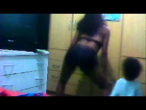 Mc Gigliozzi dançando de Cabeça pra baixo