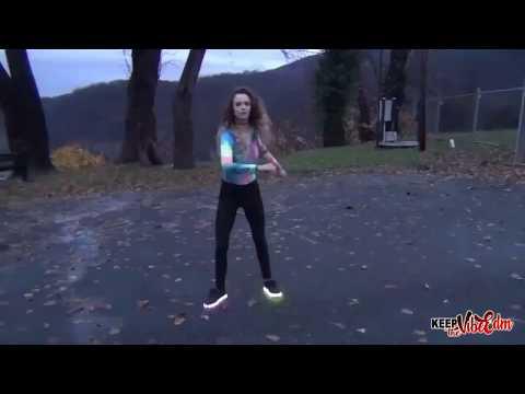 Garota Dançando - Moonwalk Shuffling Drive Back Baby