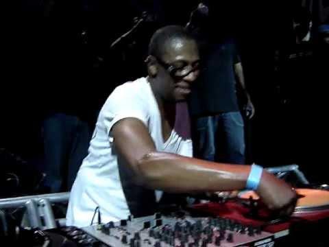DJ MARKY SCRATCH COM A PICK-UP DE CABEÇA PRA BAIXO