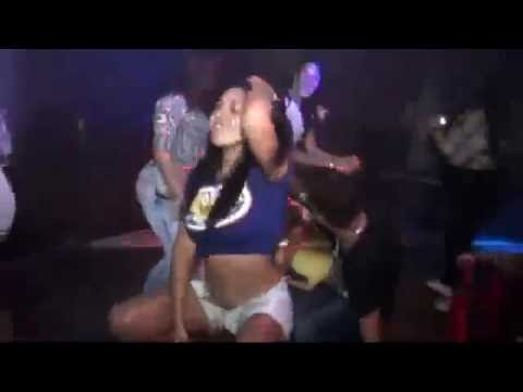 Safadas No Baile mostrando a calcinha