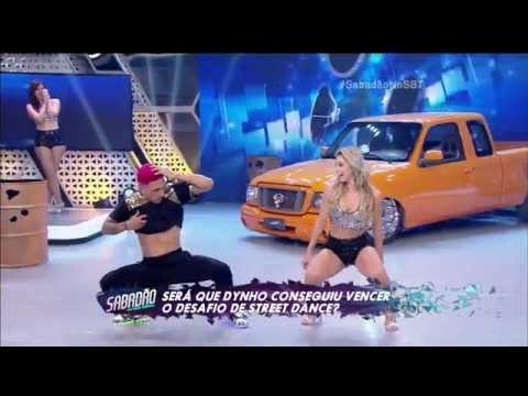 bailarinas no palco do sabadão dançando com Dynho Flavinha HD