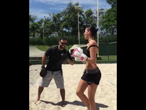 Bruna Marquezine dança funk durante treino de luta Veja