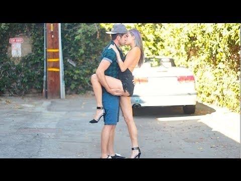 Beijando Mulheres Super Gatas Bem Quentes - Beijos com pegadas - Best Kissing Prank of 2016 Now 2017