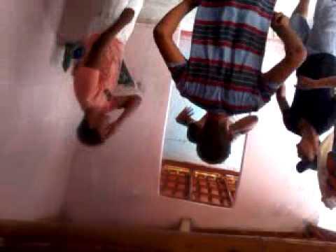 garotos de ponta cabeça dançam louquinha funk
