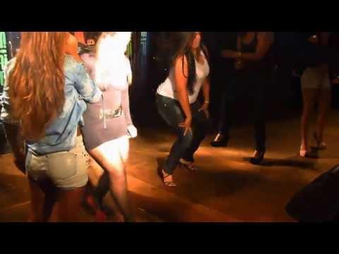 Rabuda gostosa dançando no palco