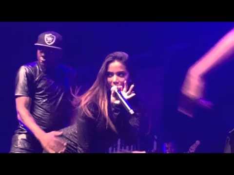 Com vestido curto Anitta mostra demais em show VIDEO