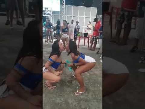 Só gostosas enfiando shortinho na bunda baile funk
