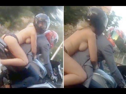 Mulher e flagrada semi nua em garupa de moto na Russia