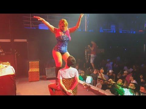 Mc Fantine dando Surra de Bunda na Festa Universitária em Sorocaba - SP