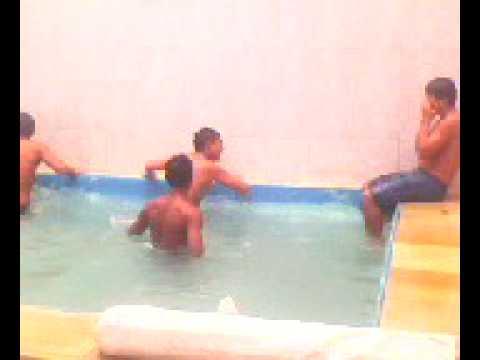 Rose bumbum na piscina