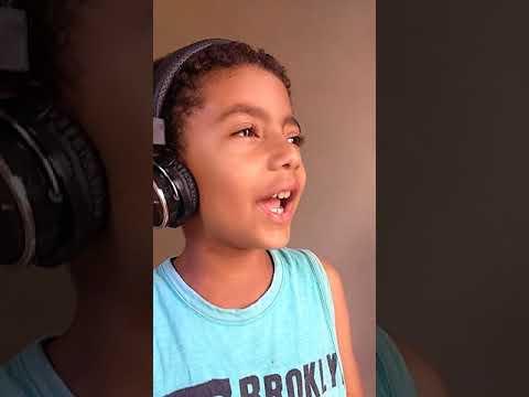 Criança funkeira cantando MC doguinha