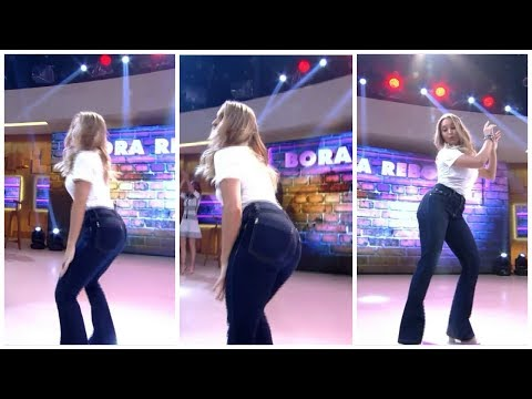 Carla Diaz rabuda dançando