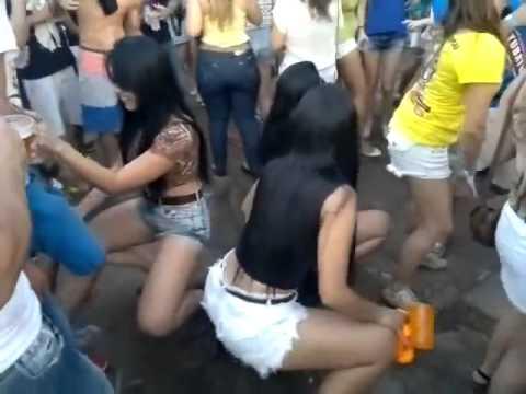 Tirando A Roupa No Baile