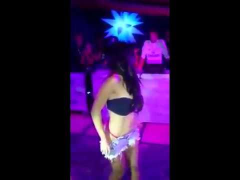As novinhas tirando a roupa em baile funk 2016
