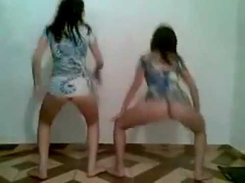 Duas novinhas dançando mostrando a calcinha