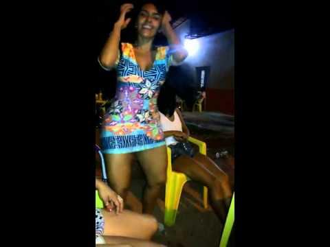 Garota na noitada dançando o Parara Tibum