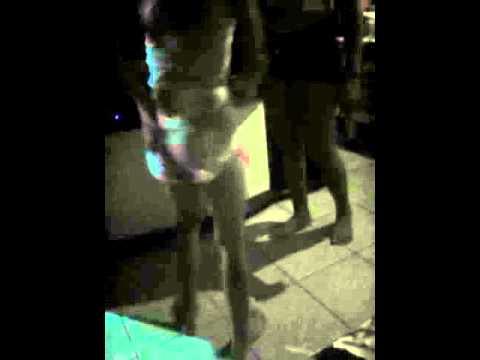 Menina dança e cai de cabeça pra baixo