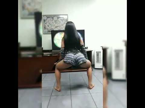 Morena rebolando na frente da televisão
