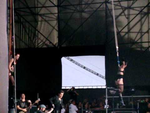LollaPalooza Chile - Dançarinas penduradas pela pele na abertura da Jane's Addiction