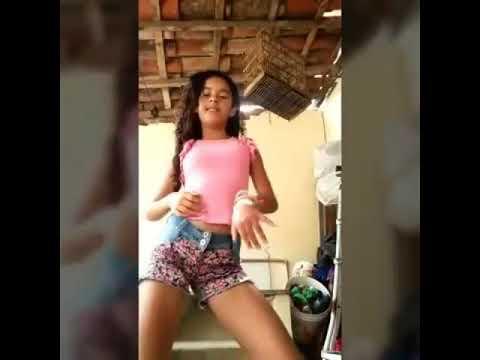 menina novinha gostosa dançando no quintal