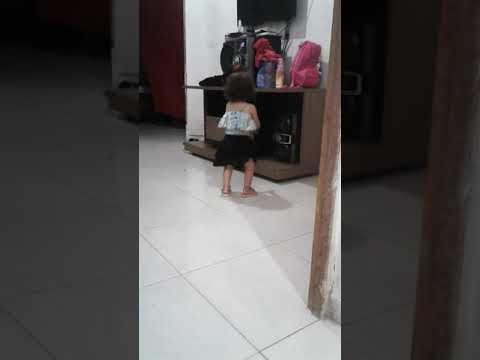 Sophia dançando quadradinho