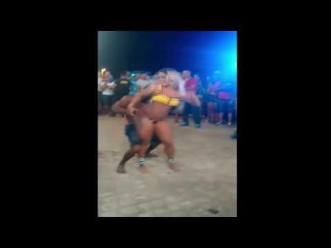 Loira rabuda dançando