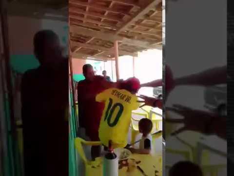 uma mulher briga com o homem