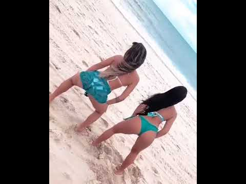 Dançarinas Fazendo Coeografia no meio da praia