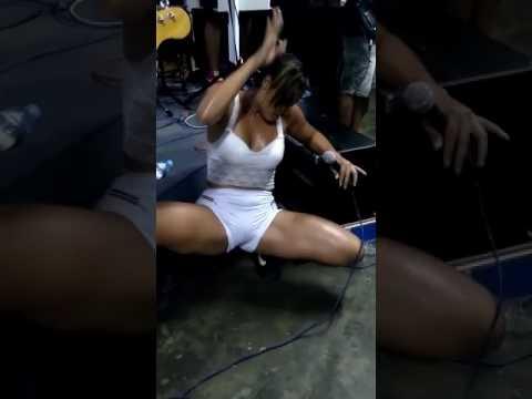 Cantora mostra calcinha no palco