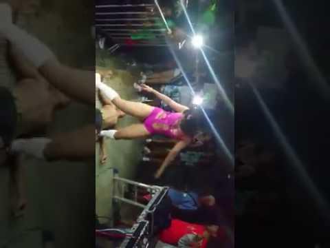 Menina dançando funk com a bunda na cara
