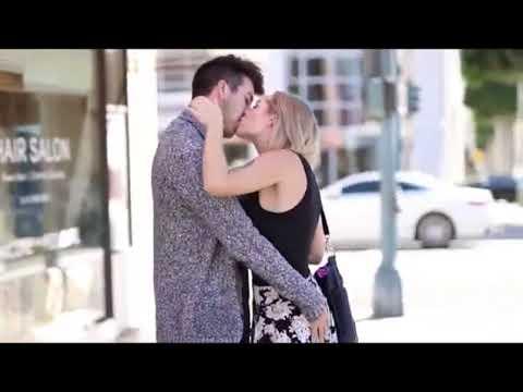 BEIJOS COM PEGADA beijando mulheres Super LINDAS BEM SEXY Pranks 2018 HQ