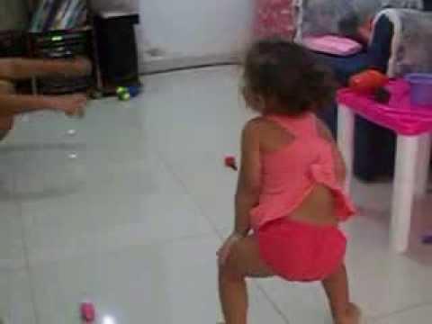 giulia dançando quadradinho