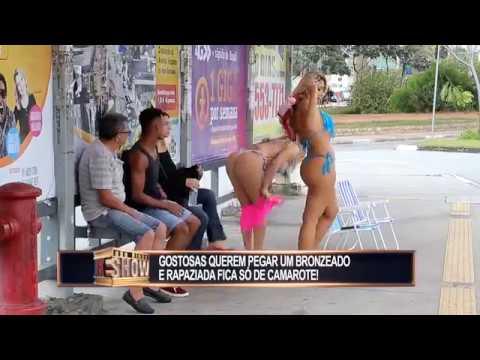 Gatas usam fio-dental para tomar sol no ponto de ônibus e enlouquecem a rapaziada