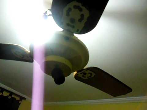 gostosa novinha colocando ventilador de teto de fio dental