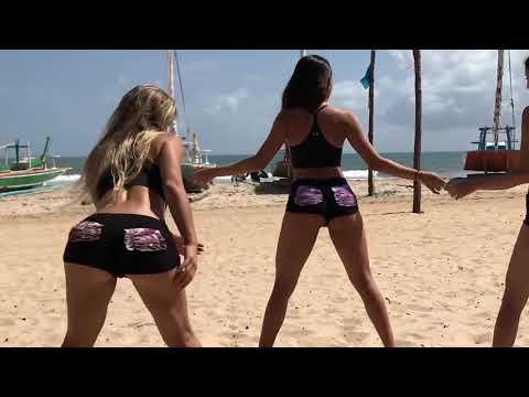 Três gostosa rebolando só de calcinha na praia