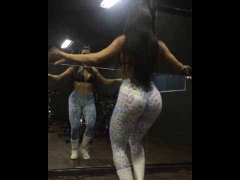 Morena Gostosa Dançando na academia de Fil Dental BUM BUM TAM TAM
