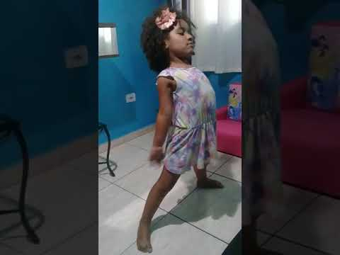 Duda dançando Anitta Paradinha