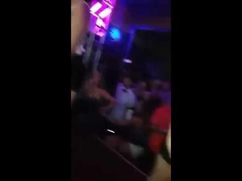 Mostrando a calcinha no baile funk