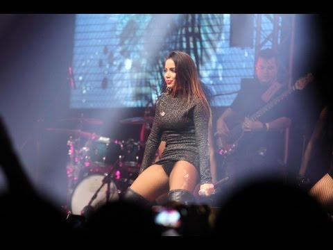 Anitta paga calcinha em show no Rio