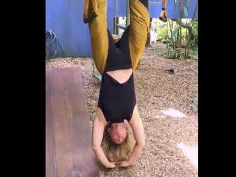 Aos 65 anos Bruna Lombardi surpreende em exercício de cabeça para baixo