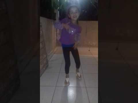 Menina dançando a paradinha da anitta yasmin
