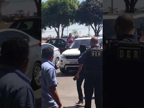 GOSTOSA DE FIO DENTAL AGRIDE POLICIAIS