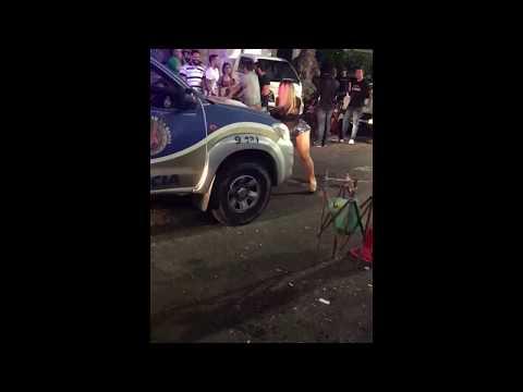 Mulher faz dança sensual em frente a viatura da PM