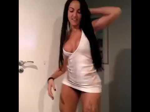 Morena Gostosa Dançando Funk de vestido e deixando a calcinha aparecer