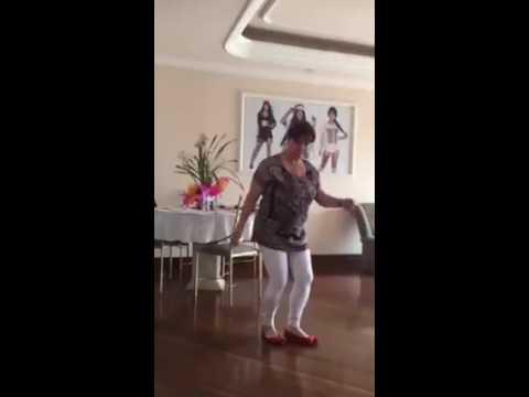 Mãe da MC tati zaqui dançando passinho do romano