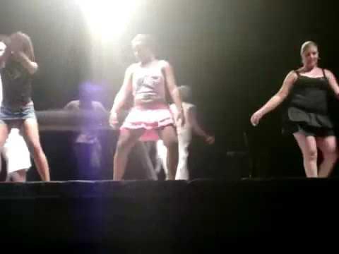 Mulheres dançando peladas no baile funk