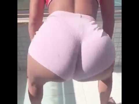 Loira gostosa dançando funk na piscina com o popozao gigante